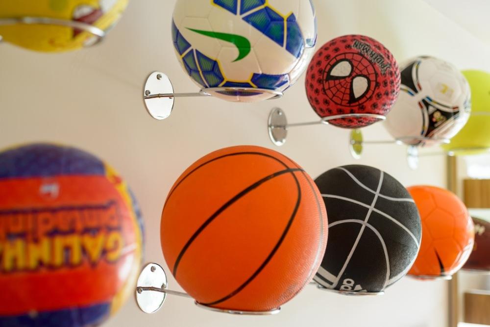 bc3190d6e1fb6 Brinquedoteca com suporte de bolas de futebol